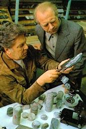 Геологи В. Ланев (слева) и Ю. Смирнов рассматривают образцы керна.